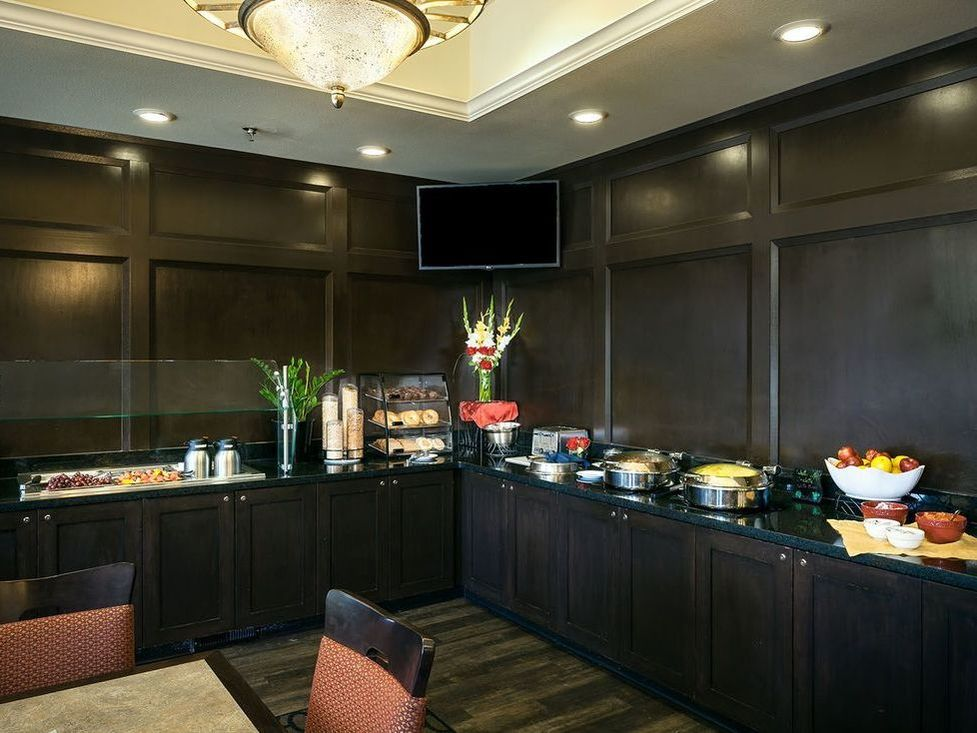 Free Breakfast Buffet at Plaza Inn & Suites Ashland Creek